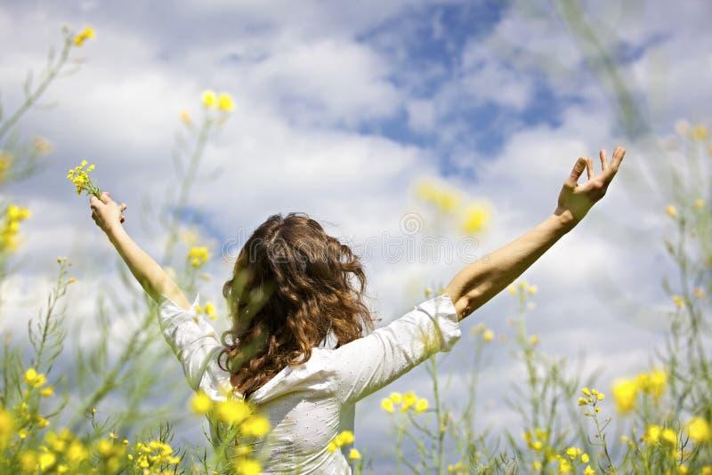 Mujer que expresa gratefulness foto de archivo