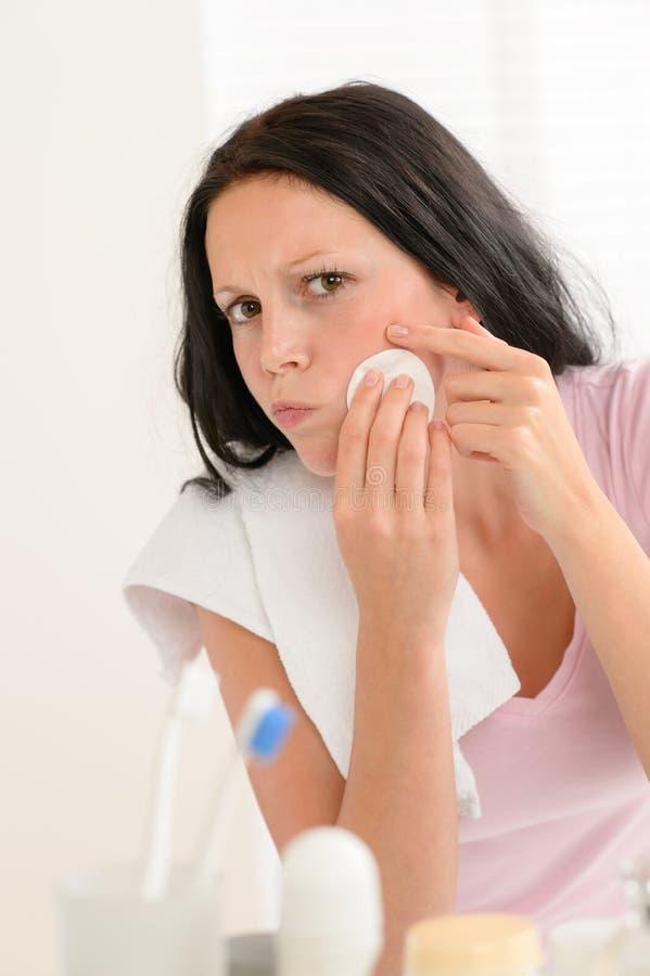 Mujer que exprime la piel del acné de la limpieza de la espinilla imágenes de archivo libres de regalías