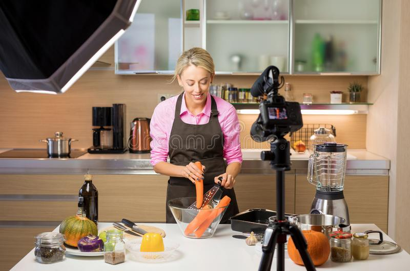 Mujer que filma cocinando el vlog Concepto de creación el vlogging, el bloguear y contento imagen de archivo libre de regalías