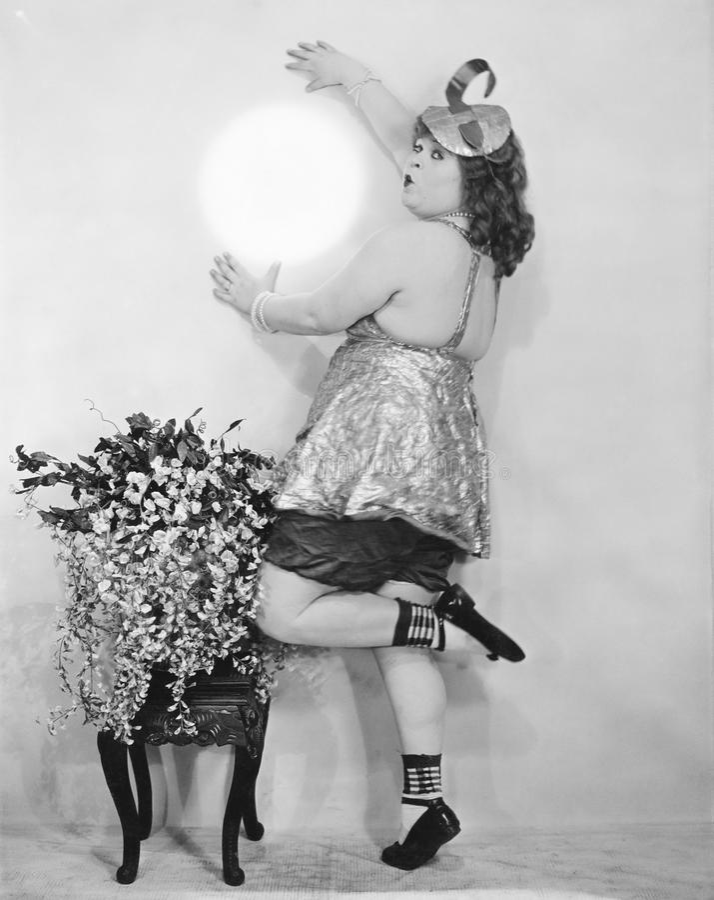 Mujer que finge sostener la luna contra la pared (todas las personas representadas no son vivas más largo y ningún estado existe  fotos de archivo libres de regalías