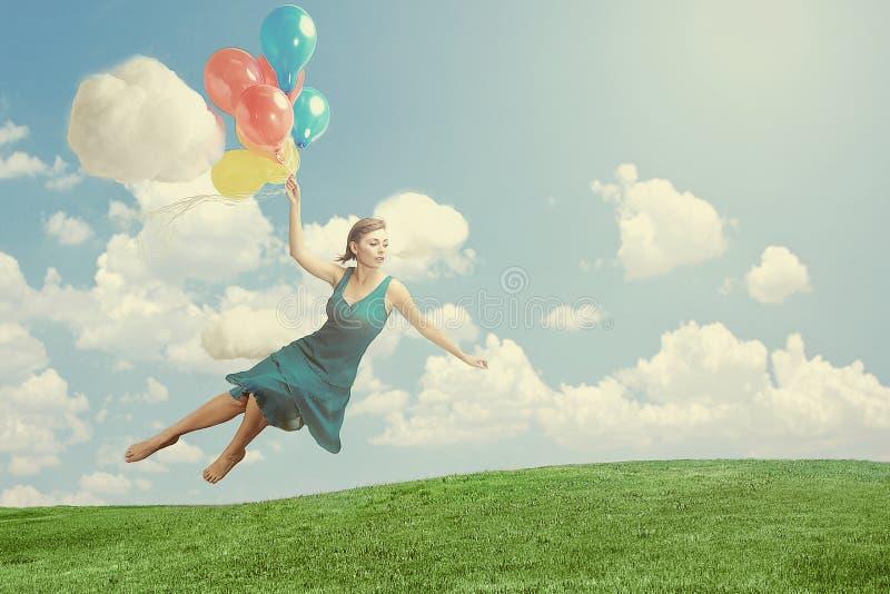 Mujer que flota como imagen de la fantasía de la levitación foto de archivo