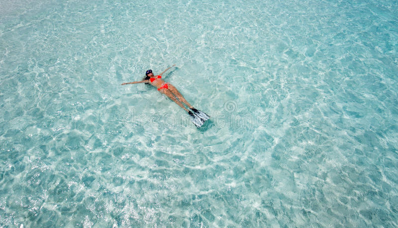 Mujer que flota con el engranaje que bucea fotos de archivo libres de regalías