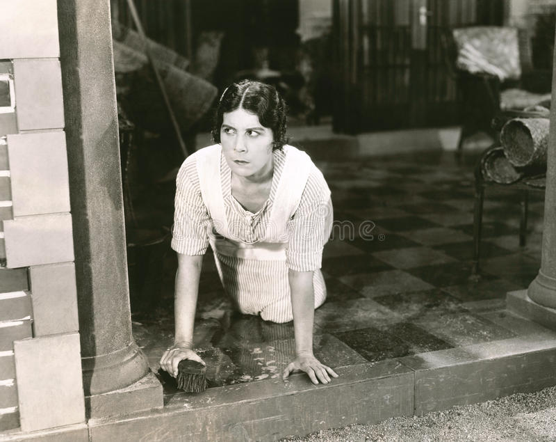 Mujer que friega el piso fotos de archivo