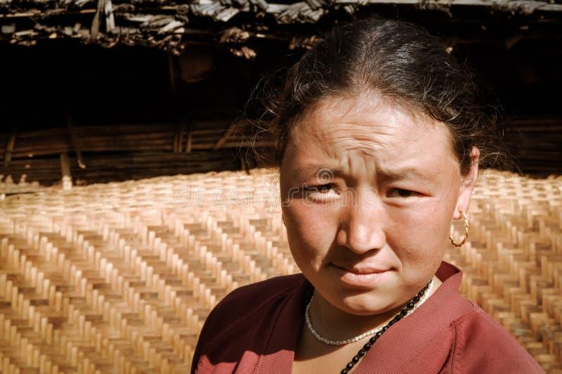 Mujer que frunce el ceño en Nepal fotos de archivo libres de regalías
