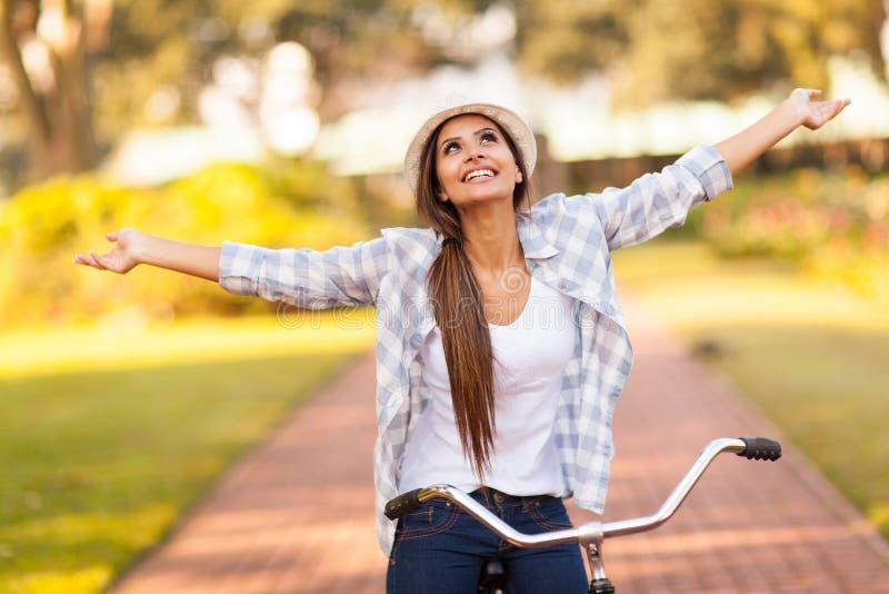 Mujer que goza de la bici fotografía de archivo libre de regalías