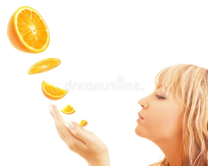 Mujer que goza de la naranja fotos de archivo libres de regalías