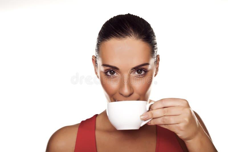 Mujer que goza del café. foto de archivo libre de regalías