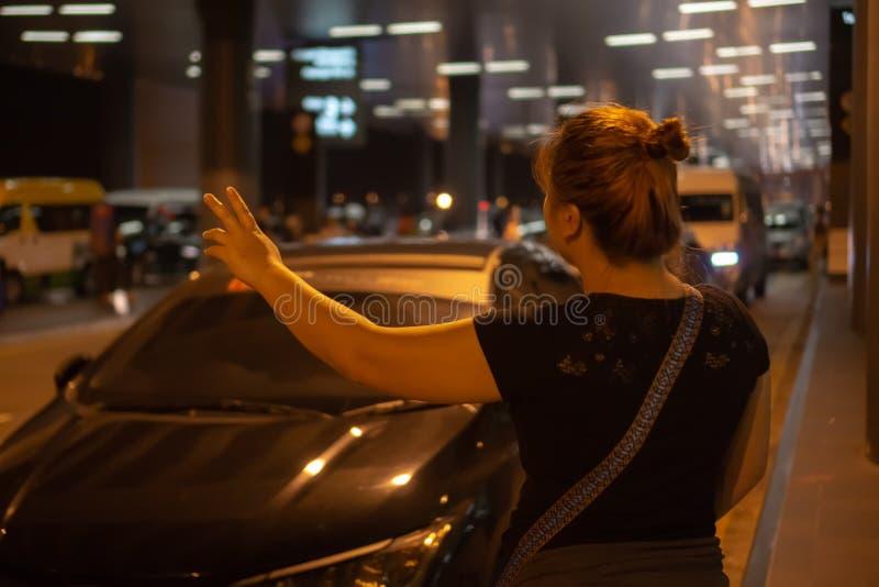 Mujer que graniza para el taxi foto de archivo libre de regalías