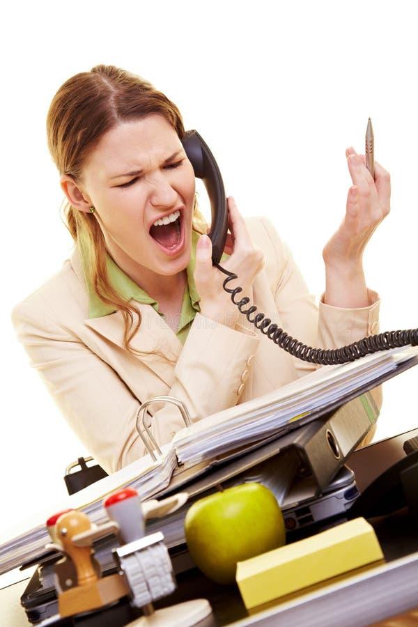 Mujer que grita en el teléfono imagen de archivo libre de regalías