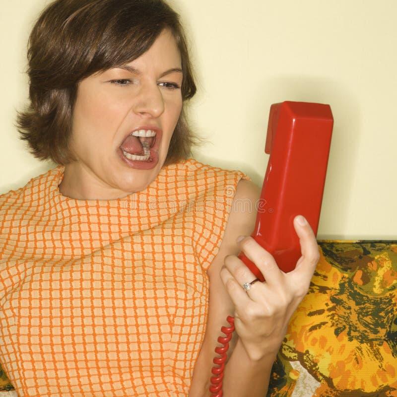 Mujer que grita en el teléfono. fotos de archivo