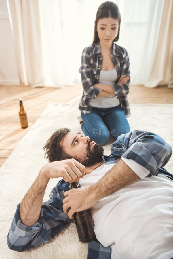 Mujer que grita en hombre borracho fotos de archivo
