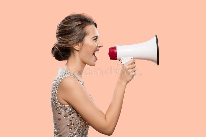 Mujer que grita en un megáfono imagen de archivo
