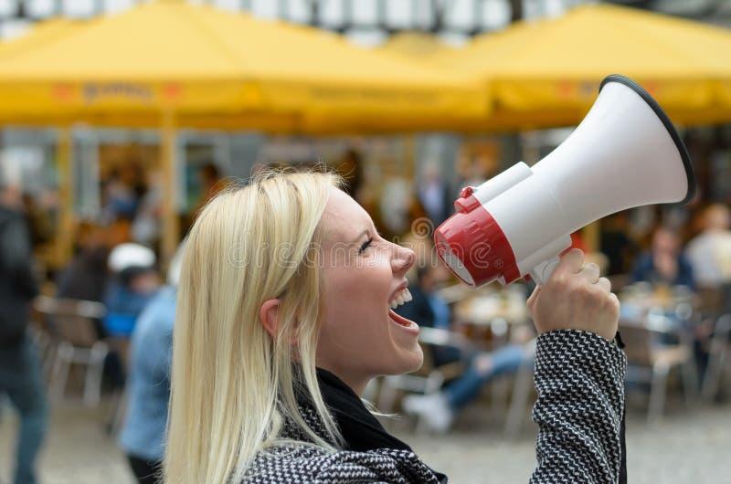 Mujer que grita en un megáfono imágenes de archivo libres de regalías