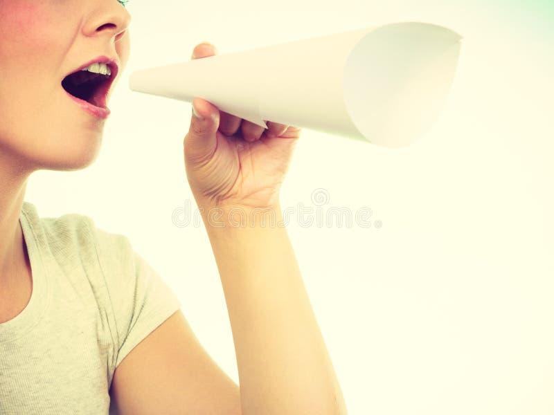 Mujer que grita a través del megáfono hecho del papel fotos de archivo