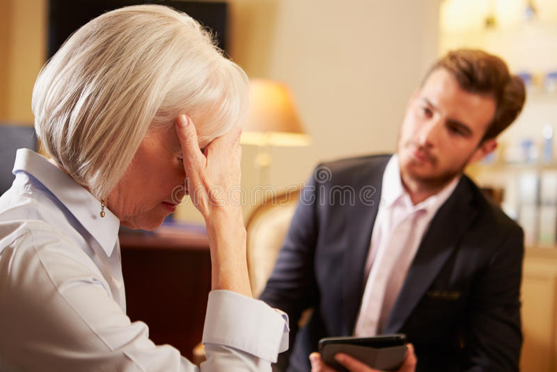 Mujer que habla con el consejero de sexo masculino que usa la etiqueta de Digitaces foto de archivo libre de regalías