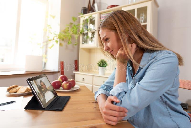 Mujer que habla con el hombre con una charla video foto de archivo libre de regalías