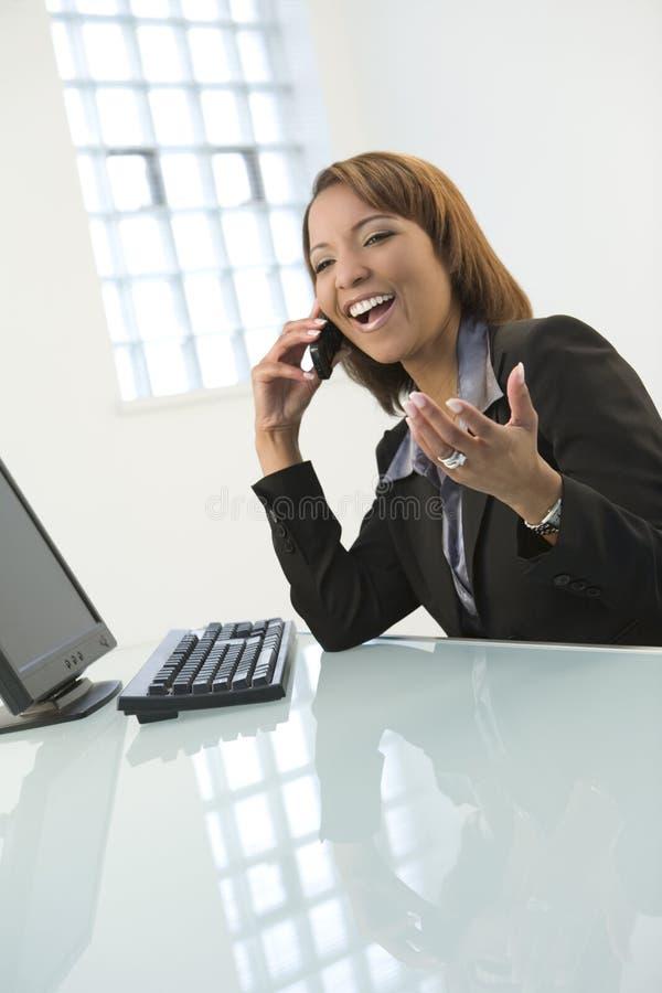 Mujer que habla en el teléfono foto de archivo libre de regalías