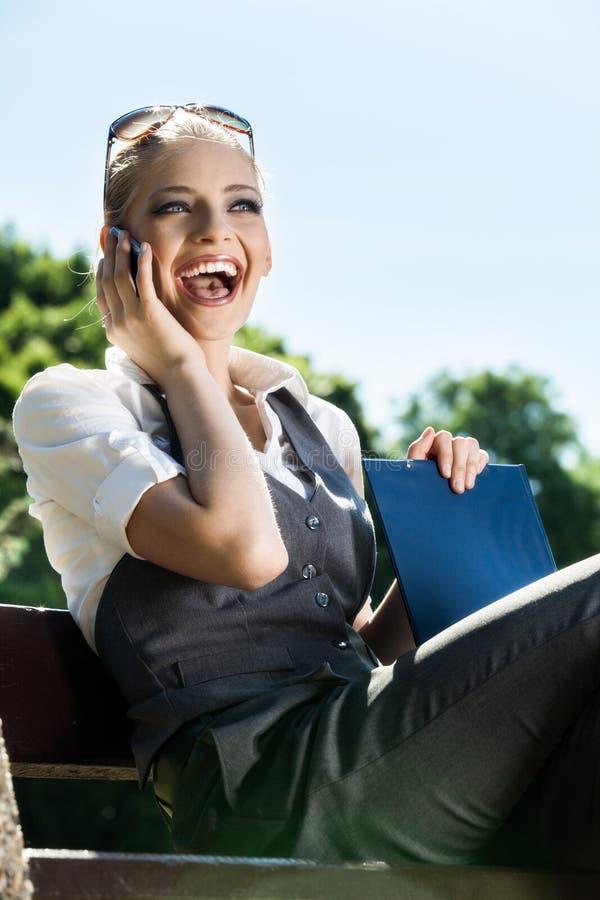 Mujer que habla en el teléfono móvil imágenes de archivo libres de regalías