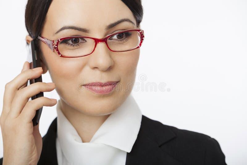 Mujer que habla sobre el teléfono móvil imagenes de archivo