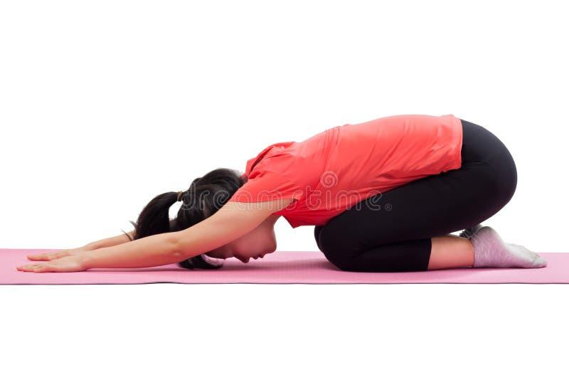Mujer que hace actitud del niño de la yoga imágenes de archivo libres de regalías