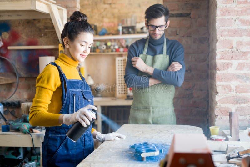 Mujer que hace artesanía en madera creativa imágenes de archivo libres de regalías