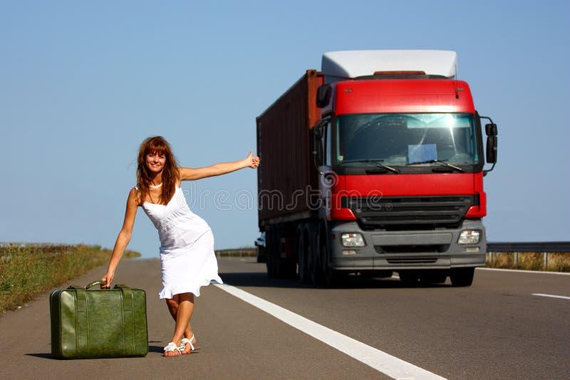 Mujer que hace autostop imagenes de archivo