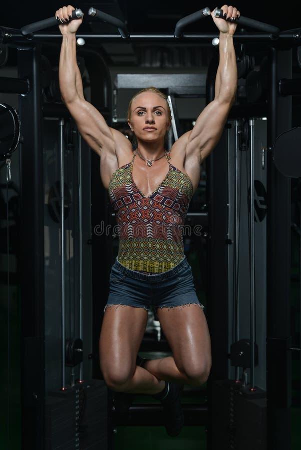 Mujer que hace a Chin Ups Exercise For Back fotografía de archivo