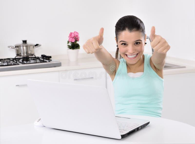Mujer que hace compras en línea en casa fotografía de archivo libre de regalías