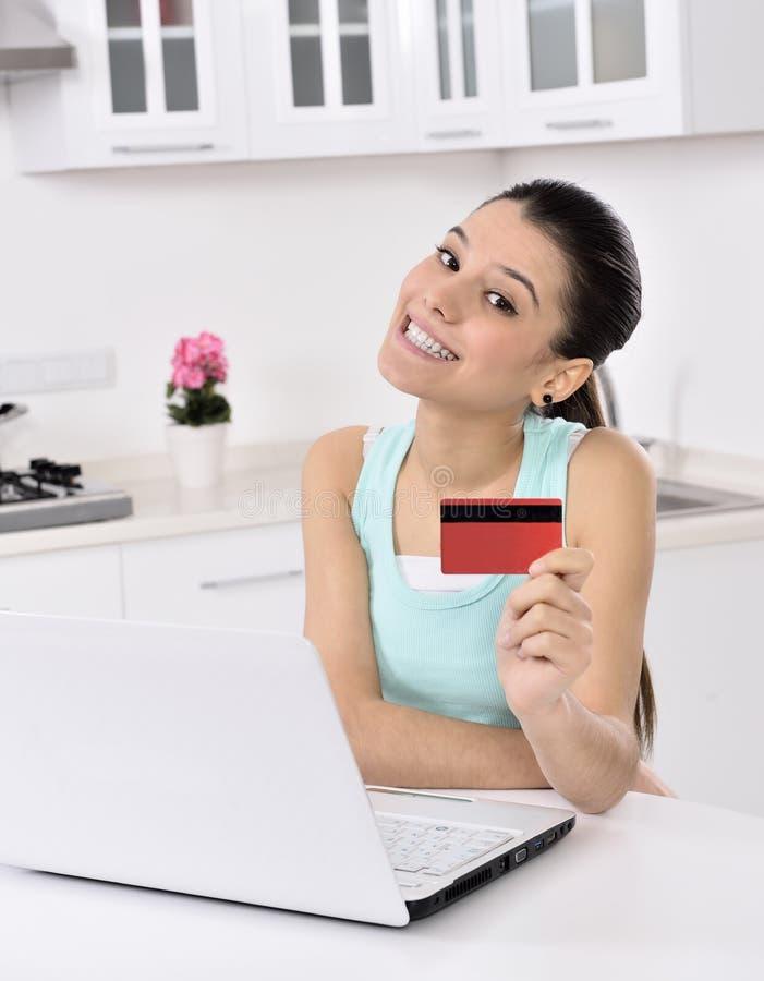 Mujer que hace compras en línea en casa foto de archivo libre de regalías