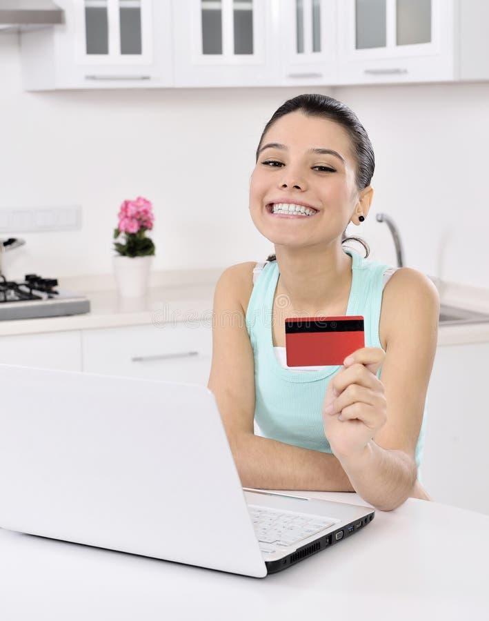 Mujer que hace compras en línea en casa imágenes de archivo libres de regalías
