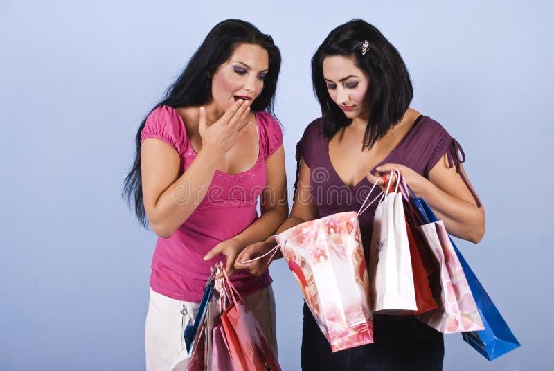 Mujer que hace compras sorprendida foto de archivo libre de regalías