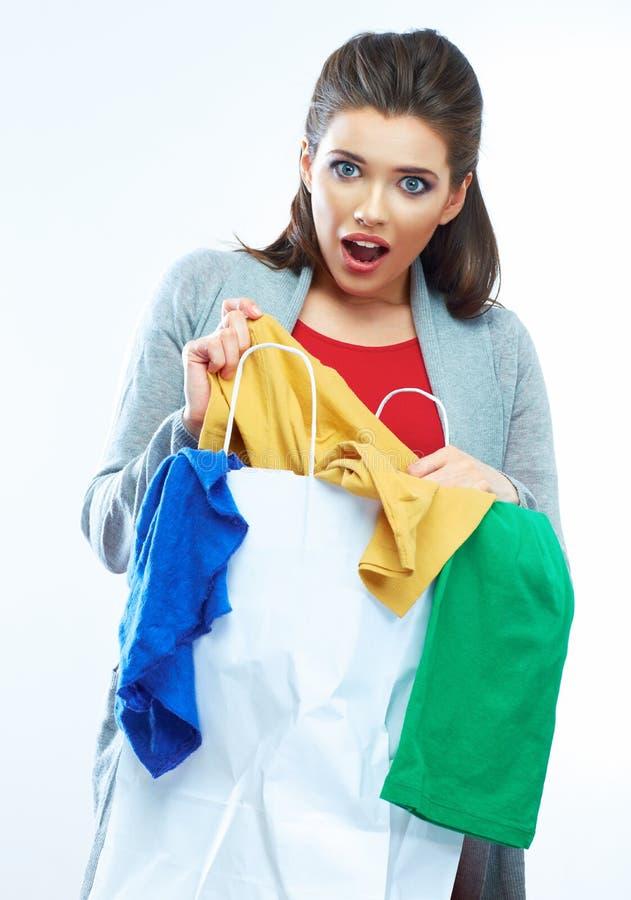 Mujer que hace compras sorprendida imagenes de archivo