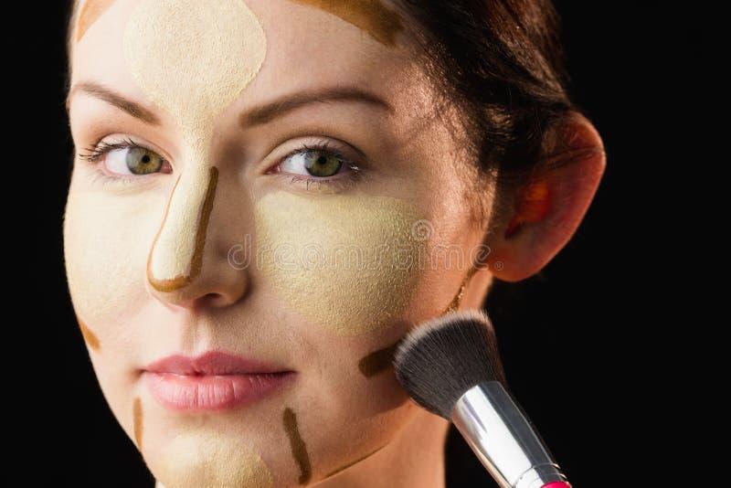 Mujer que hace contornear en su cara imágenes de archivo libres de regalías