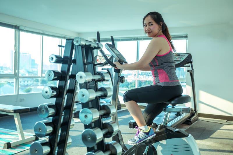 Mujer que hace deporte en el gimnasio para la aptitud imágenes de archivo libres de regalías