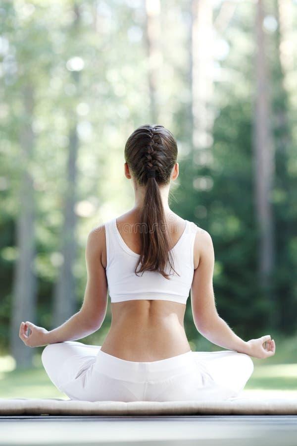 Mujer que hace ejercicio de la yoga fotografía de archivo libre de regalías