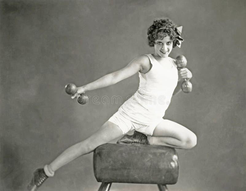 Mujer que hace ejercicios de brazo en caballo de bóveda fotos de archivo libres de regalías