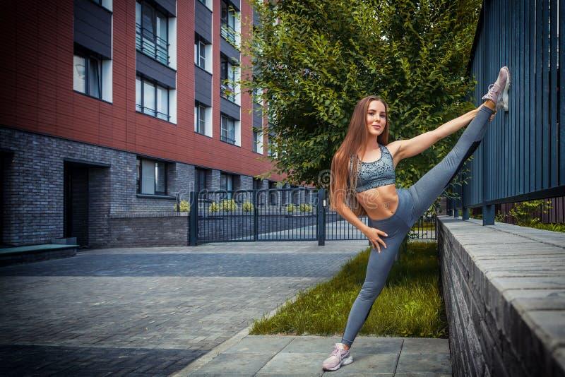 Mujer que hace ejercicios en el parque foto de archivo