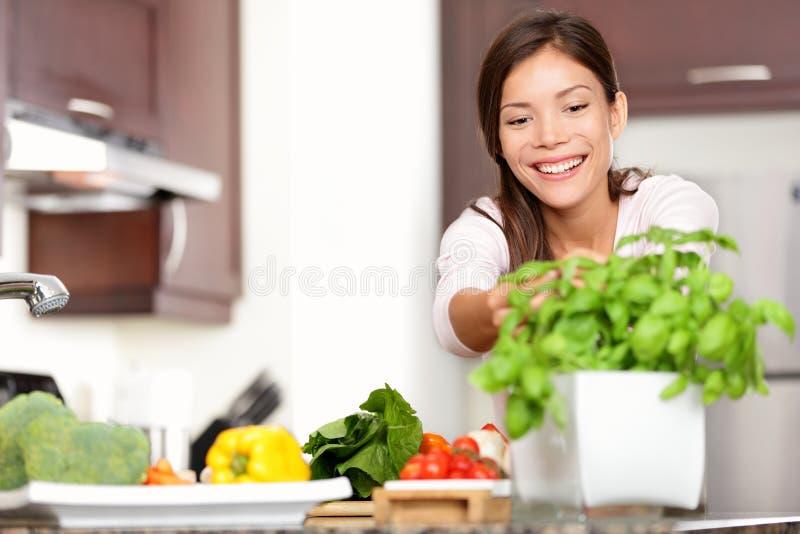 Mujer que hace el alimento en cocina imagen de archivo libre de regalías