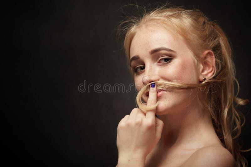 Mujer que hace el bigote foto de archivo