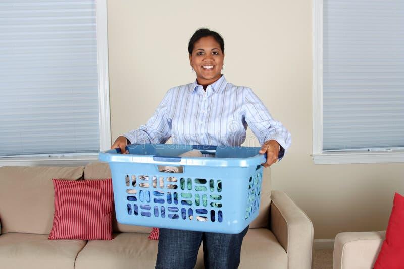 Mujer que hace el lavadero foto de archivo