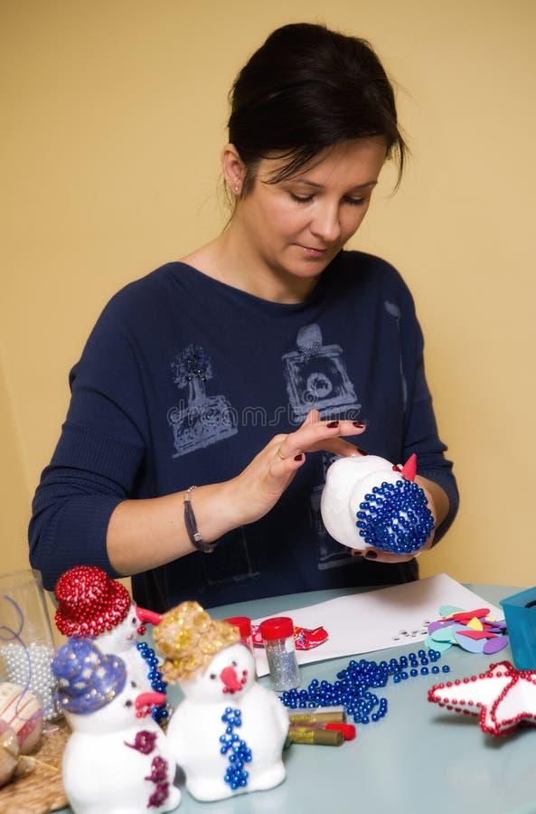 Mujer que hace el muñeco de nieve del juguete imagen de archivo libre de regalías