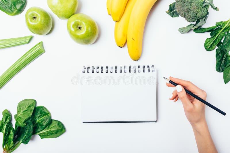 Mujer que hace el plan de la comida para la pérdida de peso foto de archivo libre de regalías