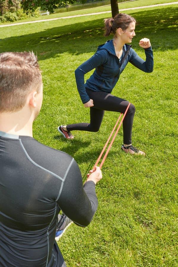 Mujer que hace entrenamiento de la pierna en el parque imagen de archivo libre de regalías