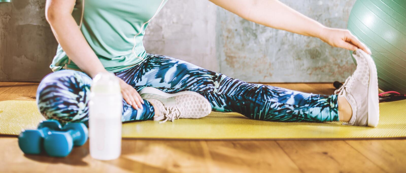Mujer que hace entrenamiento en el gimnasio en las esteras de la yoga imagenes de archivo