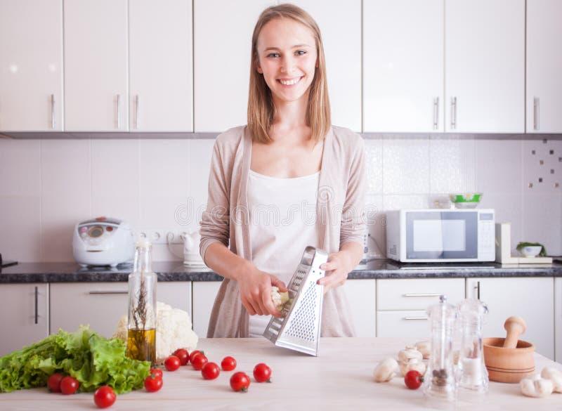 Mujer que hace la comida sana en cocina fotos de archivo libres de regalías