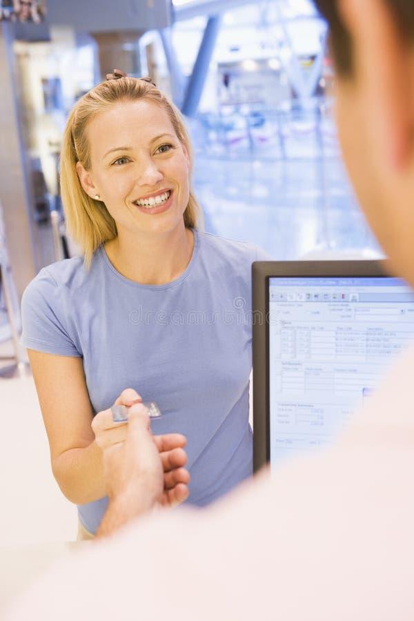 Mujer que hace la compra con de la tarjeta de crédito foto de archivo