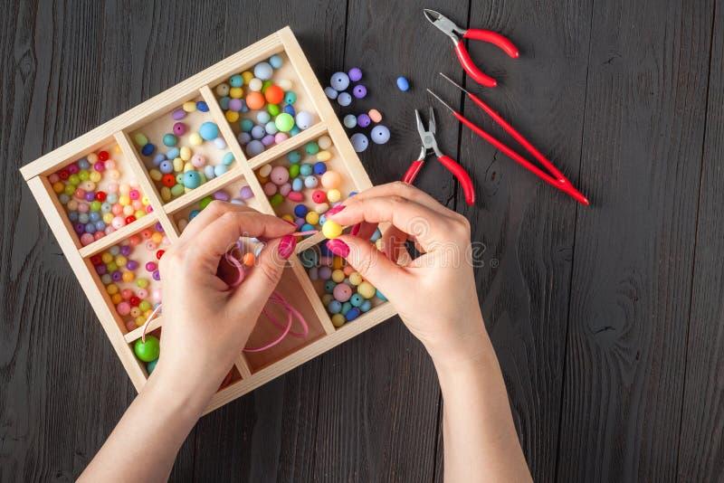 Mujer que hace la joyer?a en casa fotografía de archivo libre de regalías