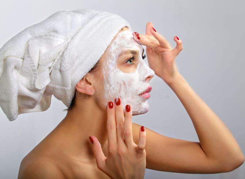 Mujer que hace la máscara cosmética fotos de archivo