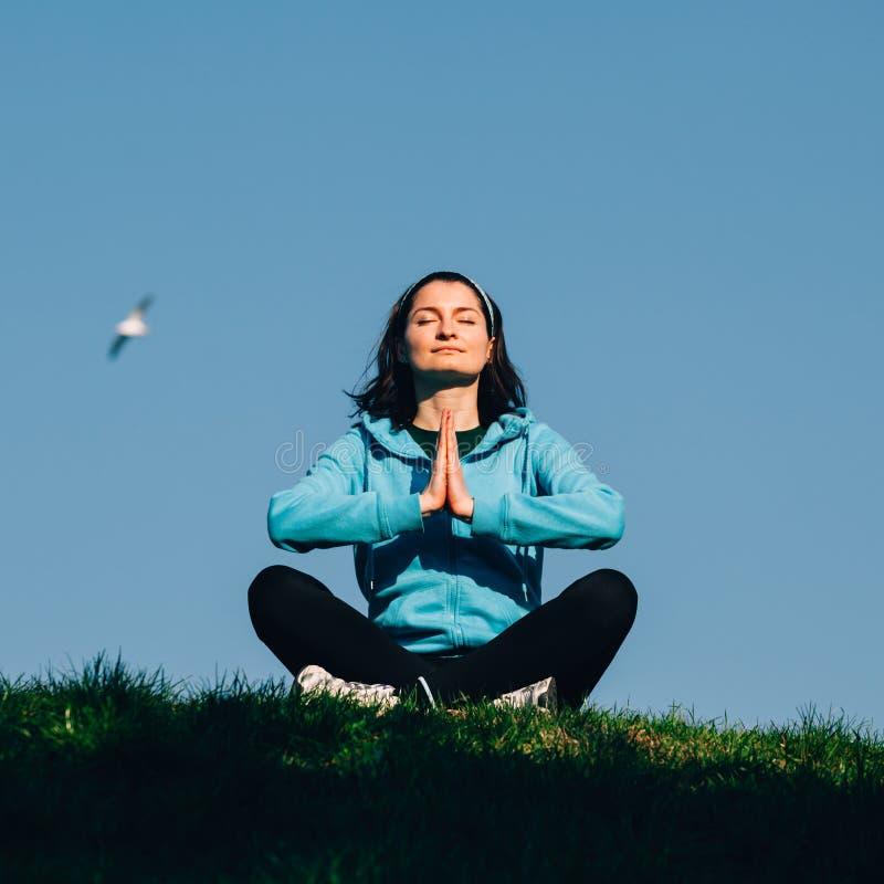 Mujer que hace la meditación de la yoga fotografía de archivo