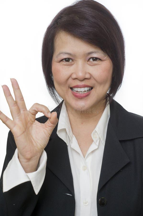 Mujer que hace la muestra ACEPTABLE de la mano foto de archivo libre de regalías